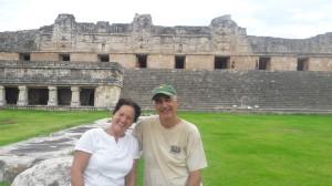 Sagrario & Jesùs, S.G. en el cuadràngulo de las Monjas en Uxmal, Campeche Mèxico